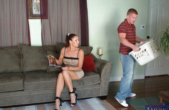 Жену трахает на работе в прачечной