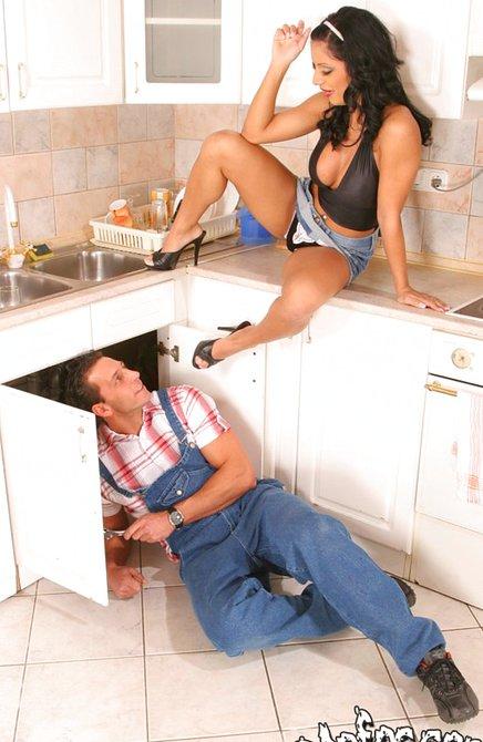 Грудастая жена изменяет мужу с симпатичным сантехником на ...