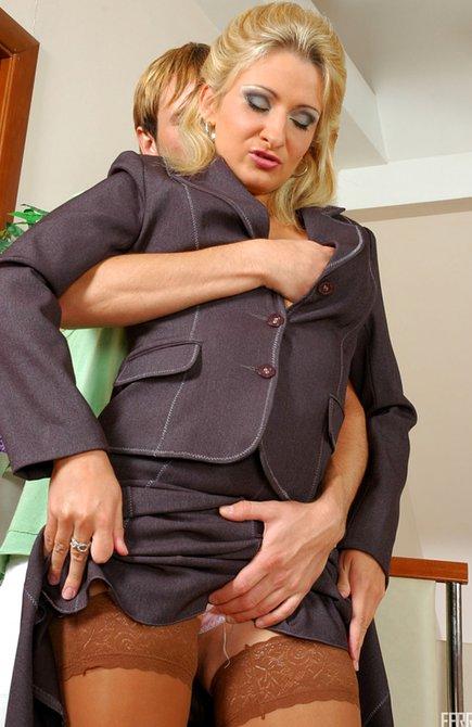 Порно мать соблазнила сына трусиками