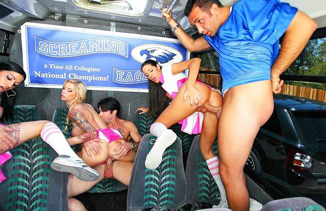 знакомятся с девчонками в автобусе