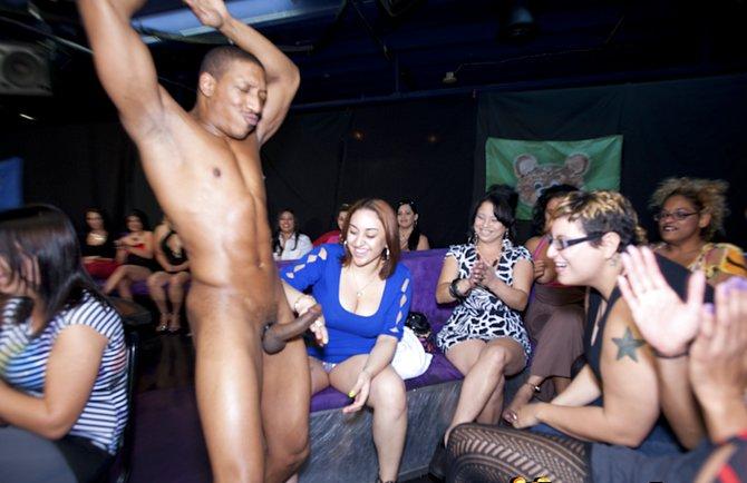 vzroslie-tetki-sosut-striptizera