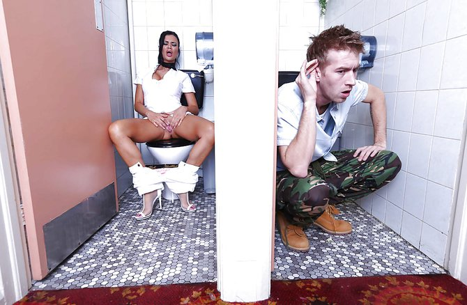 Подсматривает в туалете и дрочит видео, фото сперма на лице невеста