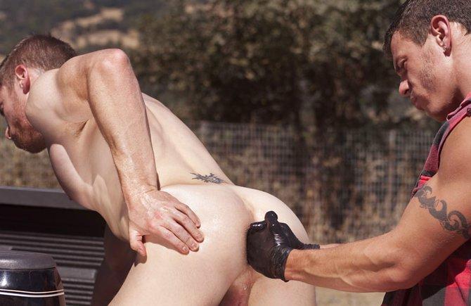 Порно геи рука в зад