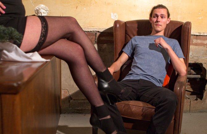 Фото сперма классно заставила отлизать ножки рачком большие