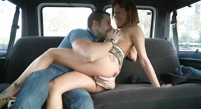 Секс фото на заднем сидении машины, фотографии женщин с большими попами и пышными формами