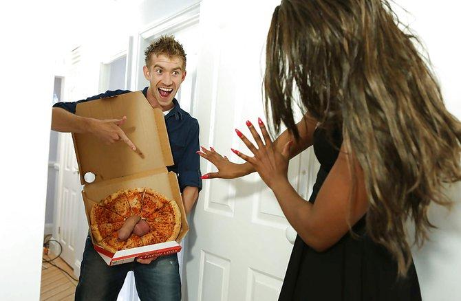 Оргия с разносчиком пиццы, девушки без нижнего белья под юбкой в парке видео