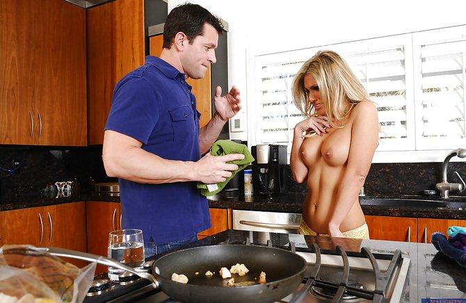 Муж трахает свою жену на кровати  Домашнее порно видео