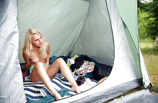 Деввушка мастурбирует в палатке