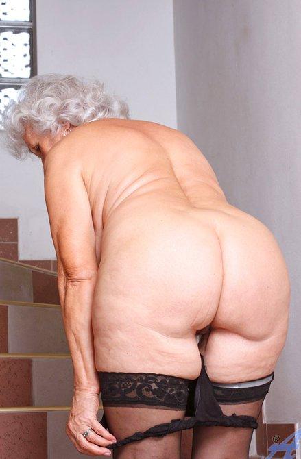 Сисястая старушка дрочит морщинистую киску — photo 4