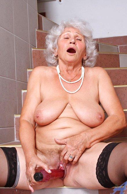 Сисястая старушка дрочит морщинистую киску — photo 7