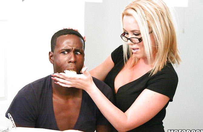 Порнуху грудастая блондинка дает по черному