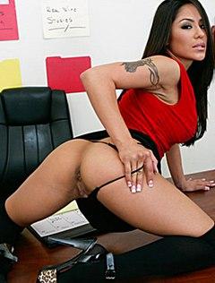Молодая секретарша на столе показала страстное шоу