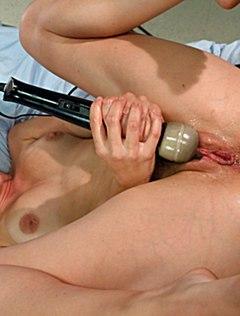 Развратной девице порвали анал новым секс-устройством