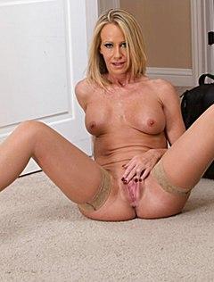 Зрелая блондинка умеет показывать домашний стриптиз