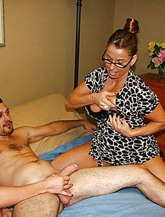 Мама с дочкой сосут горячий пенис молодого парня