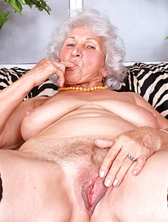 Старая голая бабка подрочила волосатый клитор