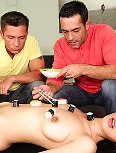 Сексуальным красавчикам нравится голый фетиш с азиаткой