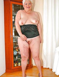 Голая старая женщина показывает свое тело