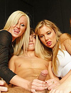Три подруги дрочат парню и ждут его спермы