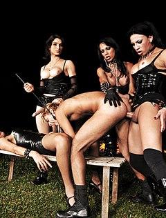 Четыре девки выебли парня в рот и задницу