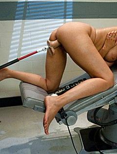 Спортивная девушка кончает от секс машины