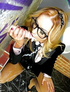 Худую девочку в очках всю облили спермой