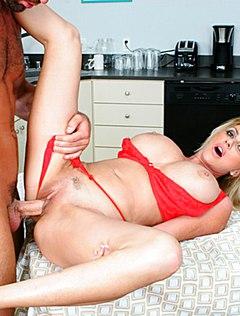 Домохозяйку ебут, не раздевая, на кухонном столе