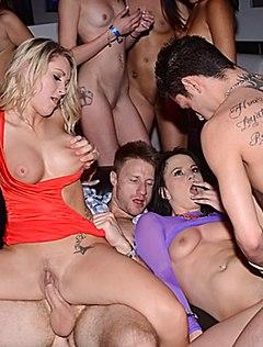 Головокружительная групповуха в ночном клубе