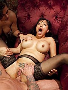 Сисястая азиатка орет от анала на вечеринке