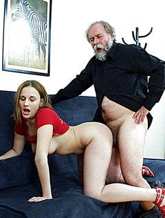 Распутный дедушка трахнул внучку на диване