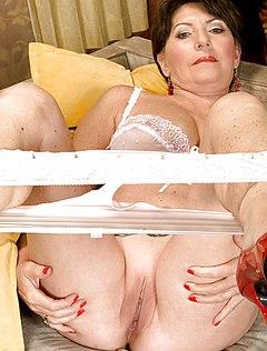 Озабоченная тетка снимает трусы в своей спальне