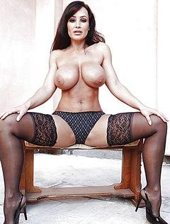 Горячая женщина демонстрирует большущие сиськи