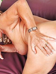 Внучка лижет бабушке пизду и трахает ее страпоном