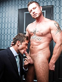 Молодой человек курит член зрелого самца