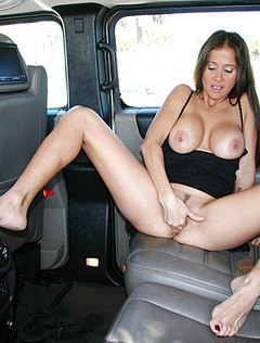 Улыбчивая девушка мастурбирует в машине