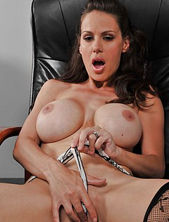 Сисястая девушка дрочит на работе в кресле