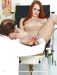 Телка у гинеколога начала слегка возбуждаться