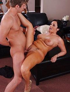 Толстая дамочка получила бурный секс с курьером
