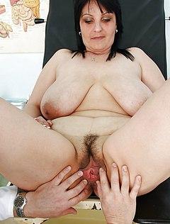Потрепанная женщина у врача гинеколога
