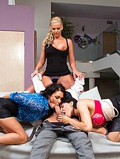 Три девушки и один парень резвятся