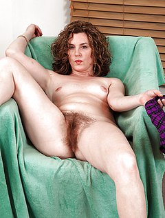 Женщина с небритой пиздой расслабляется