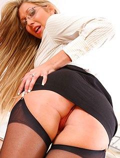 Сисястая секретарша в чулках активно шалит