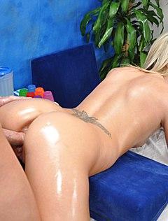 Блонда получила секс после эротического массажа