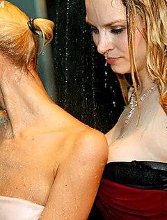 Мокрые девчонки танцуют в клубе