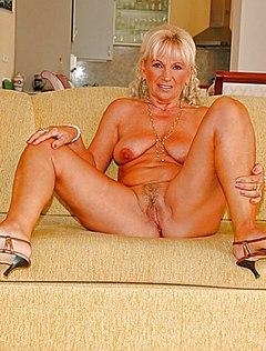 Голая женщина с висячими сиськами работает в гостиной