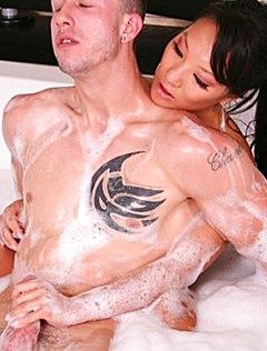 Азиатка делает массаж голым телом