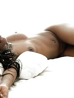 Сексапильная голая мулатка работает в кровати