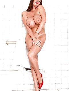 Полная девушка без одежды шалит в туалете