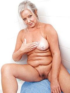 Голая бабка сходила в душ и позирует на камеру