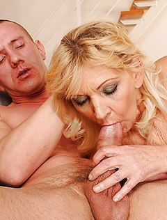 Взрослая тетка лижет член во время секса
